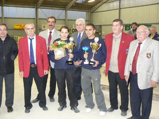 Les champions Laëtitia Bousquet et Stéphane Delforge (Boule d'Or Gaillac 81) avec les personnalités
